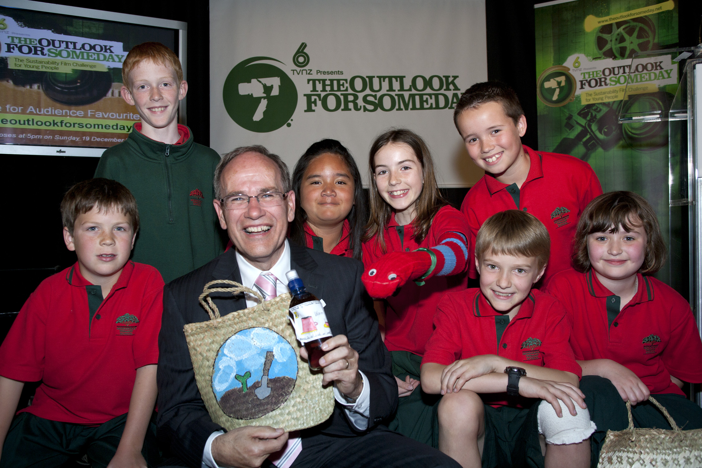 external image special-award-winners-newmarket-primary-and-mayor-of-auckland-len-brown-the-outlook-for-someday-awards-2010.jpg